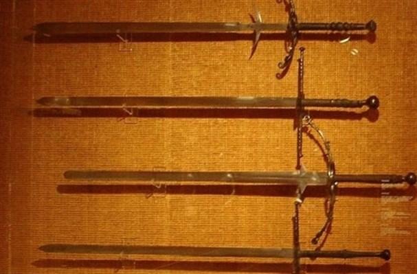 Двуручные мечи средневековья и эпохи Возрождения весили более десяти фунтов