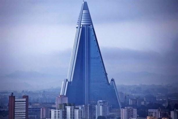 """Ryugyong Hotel <br /> Пхеньян, Северная Корея"""" width=""""950″><br />Источник фото: <a href="""