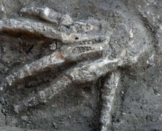 1-severed-hand-Hyksos